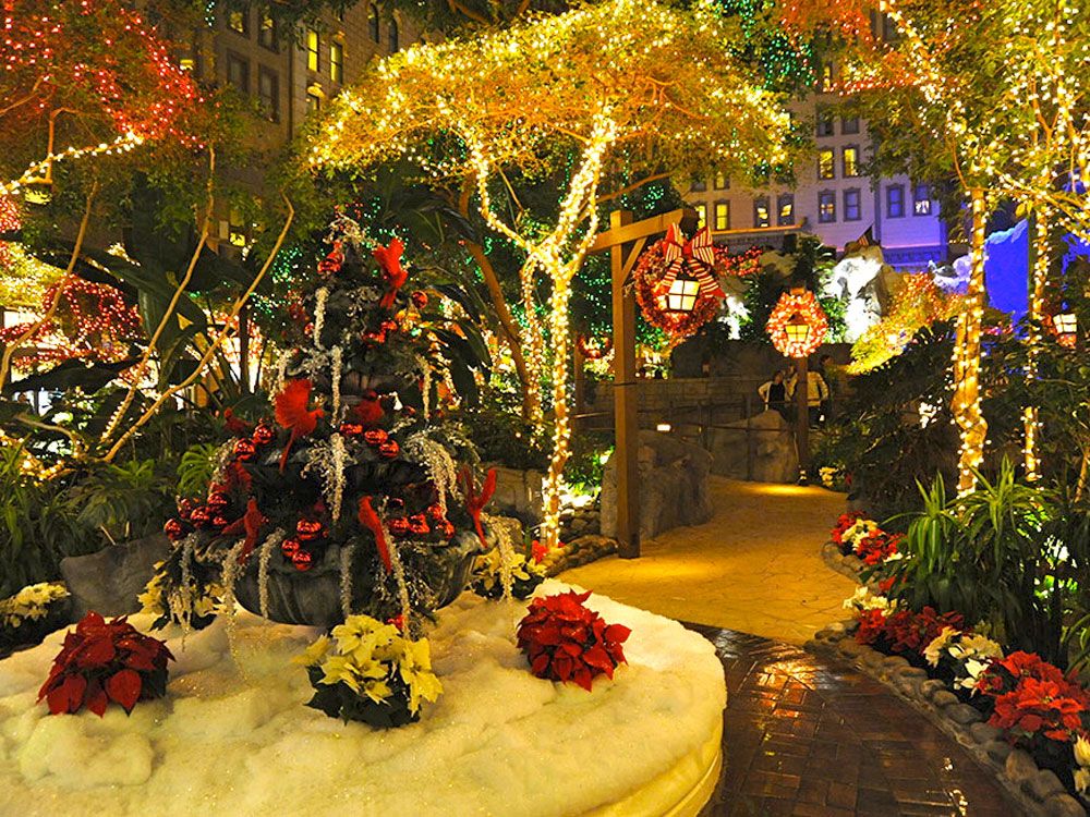 Vegas holiday lights and decor not to miss for Best hotel decor las vegas